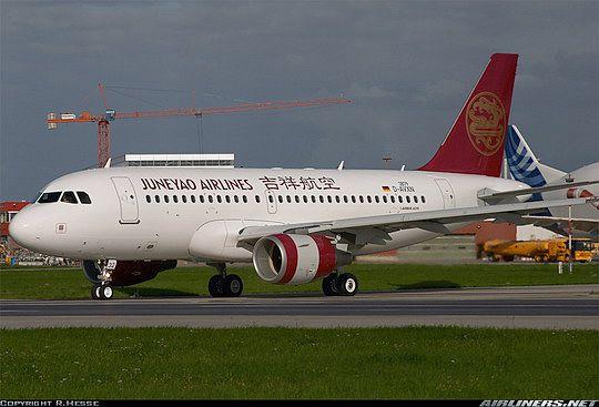 图:8月31日,上海吉祥航空公司首架飞机空中客车A319停在德国汉堡机场。图片来自Airliners.net网站,摄影:R. Hesse   (2006年9月13日)今天,总部位于上海的民营航空公司上海吉祥航空公司顺利接收了第一架空中客车A319飞机,成为了空中客车公司在中国的又一家新用户。   这架租赁的A319飞机12日下午从德国汉堡起飞,经过十多个小时的飞行,于13日下午14时顺利降落在上海虹桥国际机场。这架全新的A319飞机采用舒适的二级客舱布局,载客人数为128人,其中包括8个公务舱