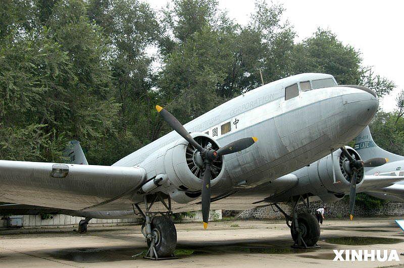 C-47运输机是美国在第二次世界大战中装备使用数量最大的运输机,有效的支援了美军在各个战场的作战。同时,C-47负责飞越驼峰航线,将中国紧需的作战物资,送到中国的后方。战后,美军在相当长的时间,仍然保持着庞大的C-47机队。另外,世界上很多国家将C-47投入民用航空飞行。毛泽东主席在1945年赴重庆进行和平谈判时,乘坐的就是一架C-47型运输机。