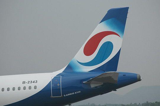 图5:重庆航空公司的第一架飞机B-2343号空中客车A320-232型客机的尾翼。民航资源网新闻图片,摄影:民航资源网网友重庆人   飞机在跑道上滑行了一段,机身前部,重庆航空CHONGQING AIRLINES一行蓝色的字非常醒目。机身尾部,是重庆航空的航标。   重庆航空有限责任公司负责人告诉记者,重庆航空的航标,像一个八卦图。它的真正含义,是长江和嘉陵江两江交汇。还可想象成重庆的鸳鸯火锅。有人开玩笑说。 人人重庆喷上机身