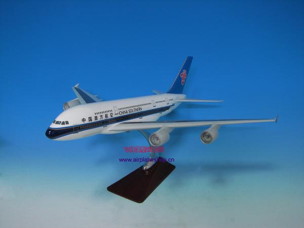 A380项目发起: 二十世纪九十年代初,空中客车公司与波音曾计划合作大型飞机,1994年3月,波音公司与空中客车公司签署了共同研究500800座、最大航程19000千米的飞机的理解备忘录,但由于两大集团不能找到足够的共同点,1996年终止了合作关系。空客公司随后宣布了其A3XX超大型运输机计划。空客认为,改善21世纪空中交通拥挤的最好办法是增加运力;波音则坚称21世纪的航空市场使用快速便捷完全可以解决。 长期以来,从波音737到777,空客都有全线应战的产品,只有波音747各型号始终是空客心中的痛,空客推